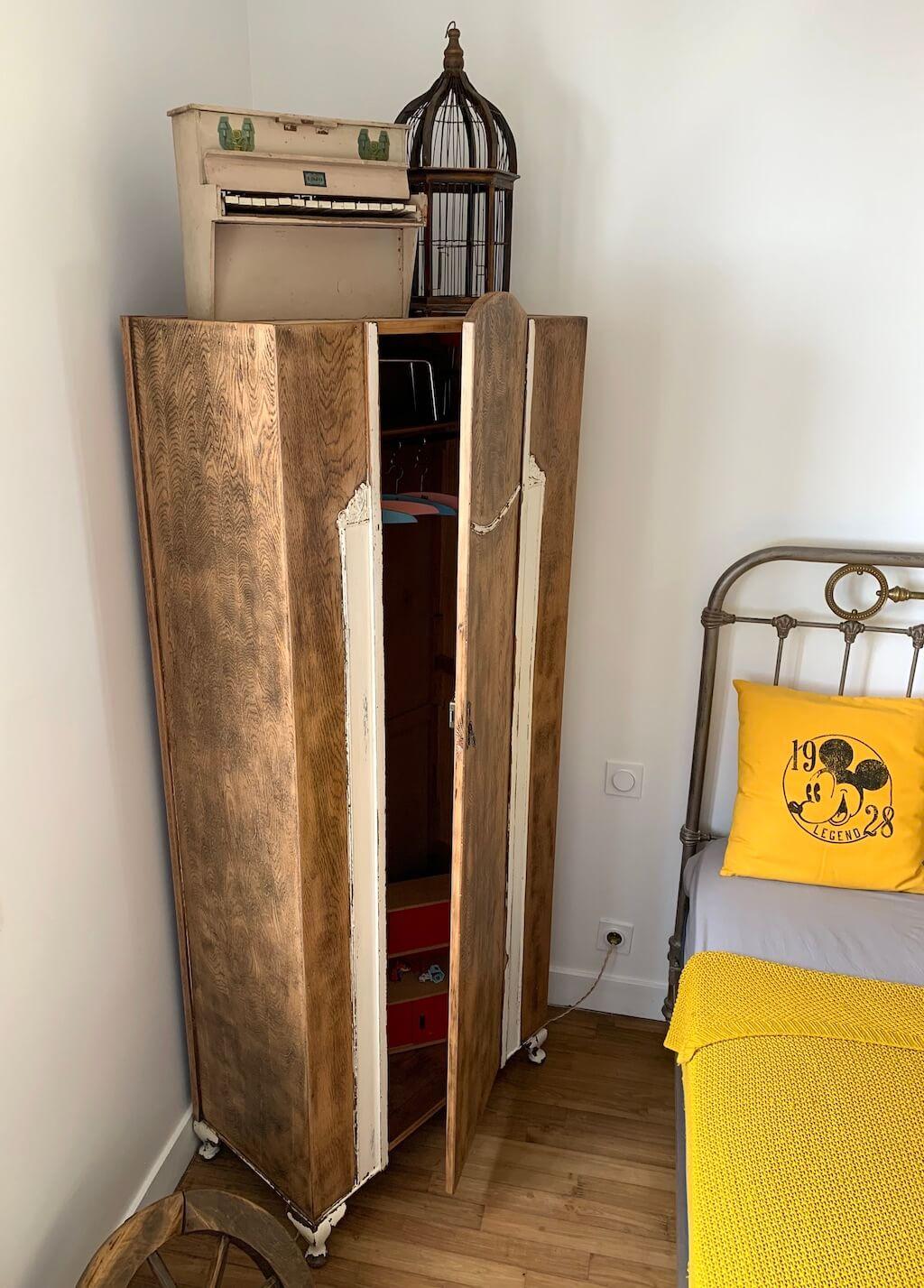Armoire en bois enfant après rénovation / Mise en scène