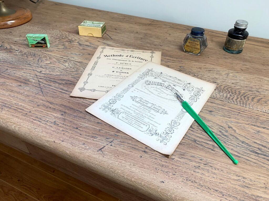 Mise en scène écriture - Bureau en bois vintage d'enfant - 2020