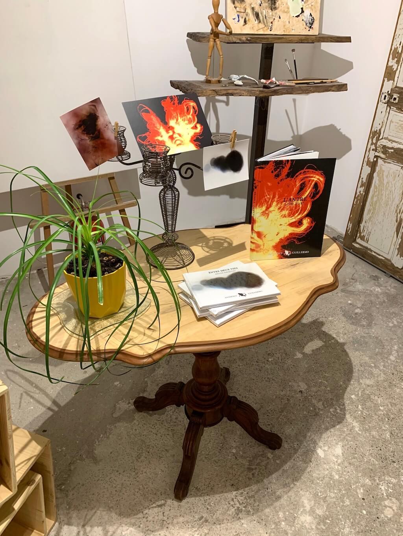 Mise en scène Littérature du Guéridon / table violon en bois après rénovation - 2020